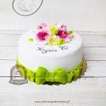 Wiosenny tort z kokardą i kwiatami z masy cukrowej