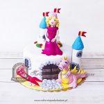 Tort w kształcie zamku z figurkami królewny i smoka