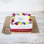 Tort zdobiony owocami z masy cukrowej