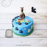 Tort we wzór psich łap z figurką Scooby Doo