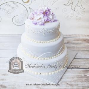 Tort klasyczny weselny udekorowany hortensją z masy cukrowej