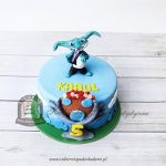 Niebieski tort z figurką trolka zdobiony chmurkami z masy cukrowej