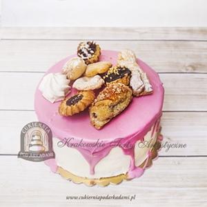 Tort z różową polewą udekorowany ciasteczkami