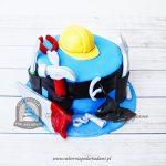Tort dla majsterkowicza złotej rączki z kaskiem narzędziami i śrubami