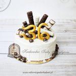 Tort z białą czekoladą, czekoladowymi batonikami i kulkami