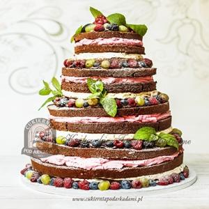 Piętrowy naked cake z ciemnym biszkoptem owocami sezonowymi i listkami mięty oprószony cukrem pudrem