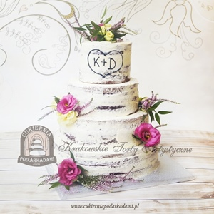 Weselny naked cake (tort szplachlowany) dekorowany wrzosami i kwiatami