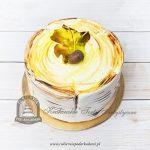 Tort brzozowy pniaczek udekorowany jesiennym liściem i żołędziem
