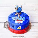 Paw Patrol niebieski tort z figurką Chasea i śladami łap