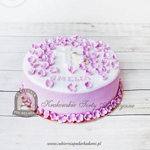 Tort na chrzest z figurką bobasa śpiącego wśród kwiatków
