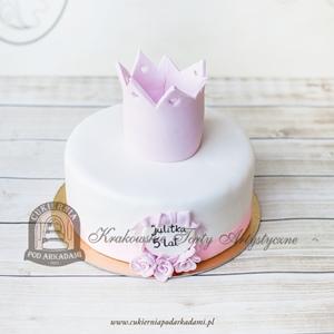 Tort z różową koroną_