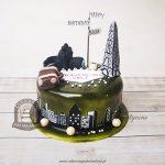 Tort dla podróżnika z wieżą Eiffla walizką i aparatem fotograficznym