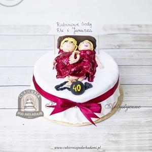 Tort na rubinowe gody z parą w łóżku