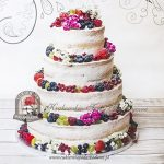 Weselny naked cake z letnimi owocami