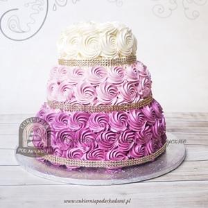Tort weselny z maślanymi rozetkami zdobiony kryształową tasiemką