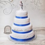Klasyczny tort weselny z ornamentem i topperem Młodej Pary