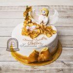 Tort na chrzciny udekorowany figurką anioła czuwającego nad dzieckiem