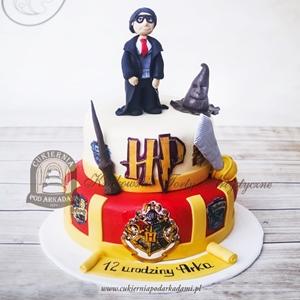 Tort piętrowy Harry Potter z herbem i czarodziejskimi akcesoriami Hogwartu