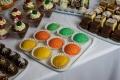 -kolorowe-mini-ptysie-deserki-w-kieliszkach-slodki-kacik-candy-bar-ciasteczka-bankietowe