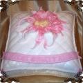 12 Tort  na chrzest poduszka z różowym kwiatem i dzidziusiem