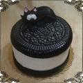 199 Tort w kształcie ciastka oreo z czarnym kotem na górze