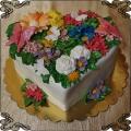 217 Tort białe serce z kwiatami z lukru , kolorowy dużo kwiatów