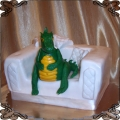 78 Tort ze smokiem siedzącym na fotelu
