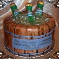 95 Tort piwo pilsner w butelkach schłodzone w lodzie w drewnianej beczce