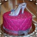 98 Tort różowy w piki z białym butem szpileczką