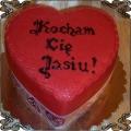 33 Tort w kształcie czerwonego serca z napisem kocham cię