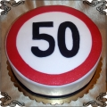 54 Tort na pięćdziesiąte urodziny w kształcie znaku ograniczenia do pięćdziesięciu