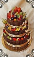 61 tort weselny z ołówkami z czekolady plus świeże owoce