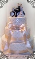 13 Tort na ślub klasyczny pikowany z kokarda i figurka motoru na torcie Krakowskie Torty Artystyczne Cukiernia Kraków