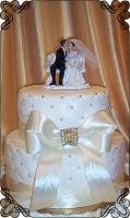 16 tort weselny dwa pietra  z para młodych na ławce