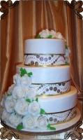 34 tort weselny z białymi różami z lukru