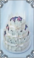 54  tort w piórach z białej czekolady plus świeże owoce