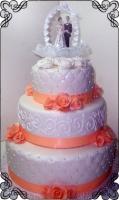 67 Tort na ślub z jadalnymi pomarańczowymi różyczkami i figurką młodych pod łukiem