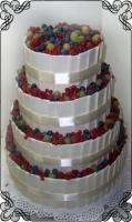 7 Tort na ślub w białych tabliczkach  z czekolady i świeżymi owocami Krakowskie Torty Artystyczne Cukiernia Kraków