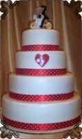 78 Tort na wesele z figurka młodych na rowerze z serduszkiem i dekoracją w czerwono białe kropy Krakowskie Torty Artystyczne Cukiernia Kraków