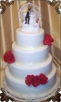 79 Tort weselny z goździkami i figurka państwa młodych