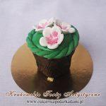 3bc-zielona-babeczka-z-plecionka-i-kwiatami-wisni-z-lukru