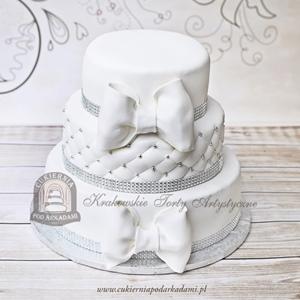 Tort weselny piętrowy z kokardami, kryształkami, koralikami i pikowaną polewą