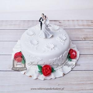 16BW Tort weselny z tańczącą parą zdobiony czerwonymi różyczkami z masy cukrowej i kwiatowym wzorem