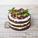 Naked cake ciemny biszkopt z owocami sezonowymi i listkami mięty