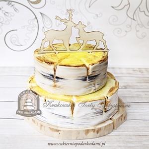 Tort weselny w kształcie pni brzozy z drewnianymi figurkami jelenia i sarny