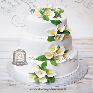 Tort weselny piętrowy zdobiony kaliami z masy cukrowej