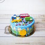 Tort z autkami, drażami, niebieską polewą i cieniowanym bokiem