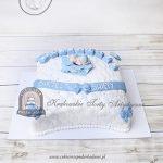 Tort w kształcie pikowanej poduszki z figurką bobasa na chrzest