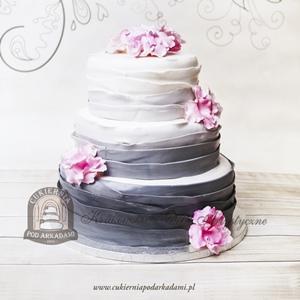 Biało-szary weselny tort ombre dekorowany kwiatami z masy cukrowej