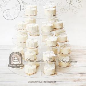 Minitorciki w białej czekoladzie zdobione perełkami i kokardami